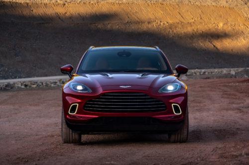 A frente do DBX facilmente o identifica como um Aston Martin.