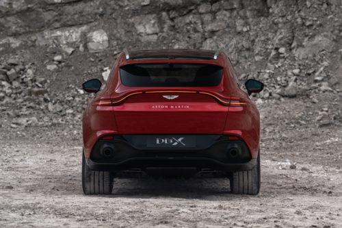 A traseira do Aston Martin é claramente inspirada no Vantage.
