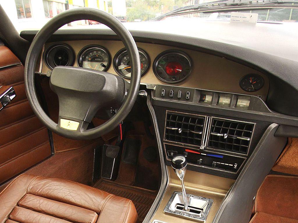 O interior também ele futurista, o volante era oval assim como os mostradores do painel de instrumentos