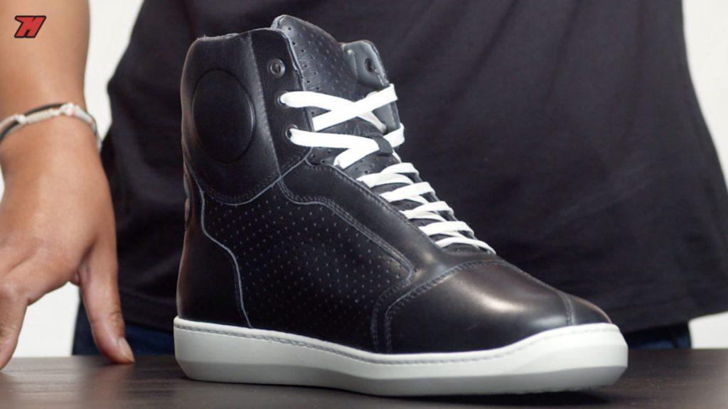 Existem vários modelos de calçado especial para o motociclista, como este modelo que não difere muito do calçado normal.