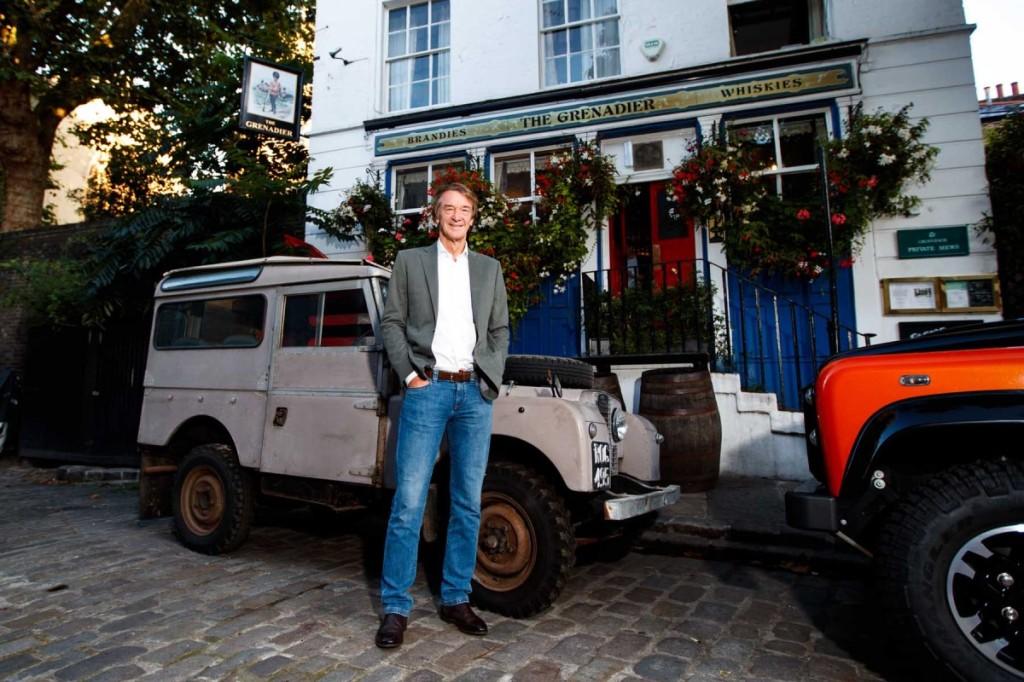 Jim Ratcliffe em frente ao Pub Grenadier onde surgiu a ideia de produzir o jipe que irá chamar-se precisamente Grenadier.
